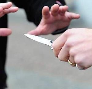 Uccide il padre in casa con una coltellata